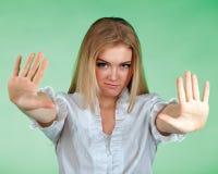 Cuadro de la mujer joven que hace gesto de la parada Fotos de archivo