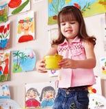 Cuadro de la pintura del niño en pre-entrenamiento. fotos de archivo
