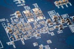 Cuadro de sistema azul con los microchipes y los transistores imágenes de archivo libres de regalías