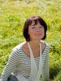 Cuadro de una mujer en la hierba verde Imagen de archivo