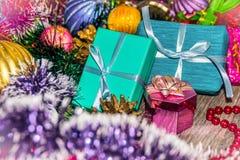 Cuadro del Año Nuevo Cajas de regalos Malla y gotas de las decoraciones de la Navidad Fotografía de archivo libre de regalías
