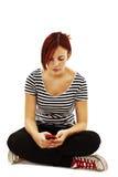 Cuadro del adolescente hermoso con el teléfono celular Imagenes de archivo
