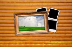 Cuadro en marco de la vendimia con las fotos en blanco en la madera Fotos de archivo libres de regalías
