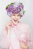 Cuadro veraniego. Muchacha con flores y una sonrisa grande Imagen de archivo libre de regalías