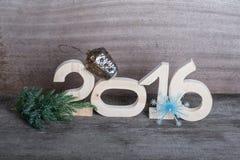 Cuadros de madera 2016, una rama del árbol de navidad, el plástico Imágenes de archivo libres de regalías