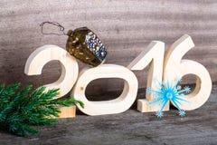 Cuadros de madera 2016, una rama del árbol de navidad, el plástico Imagenes de archivo