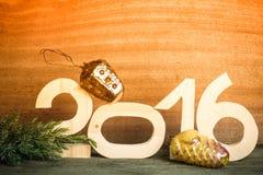 Cuadros de madera 2016, una rama del árbol de navidad y cras viejos Foto de archivo