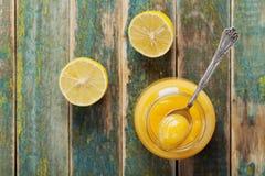 Cuajada de limón en el tarro de cristal en la tabla de madera rústica, crema tradicional de la fruta Imágenes de archivo libres de regalías