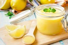 Cuajada de limón en un tarro de cristal Foto de archivo