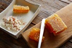 cuajada del requesón con el panal de la miel Imagen de archivo libre de regalías