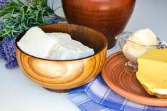 Cuajadas, mantequilla, crema agria, leche Imagenes de archivo