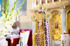 Cualidades de la iglesia diversos accesorios para el ritual santo Cuenco del oro fotos de archivo libres de regalías
