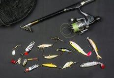 Cualidades del pescador Caña de pescar, cebo artificial y red Fotos de archivo