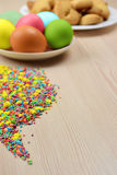 Cualidades Pascua en la tabla de madera Fotografía de archivo libre de regalías