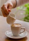 Cuando la mañana comienza con una taza de café Fotos de archivo