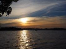 Cuando puesta del sol en el lago Imagen de archivo libre de regalías