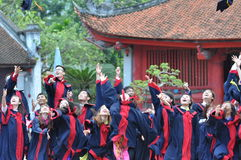 Cuando son felices los estudiantes graduaron Foto de archivo