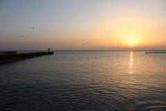 Cuando usted ama la salida del sol sobre el mar imagen de archivo