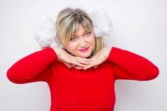 Cuarenta años de señora que lleva en vestido rojo con la guirnalda de flores Foto de archivo libre de regalías