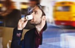 Café de consumición del café express del hombre de negocios en el café de la ciudad Imágenes de archivo libres de regalías
