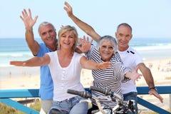 Cuarteto feliz en la costa Fotos de archivo