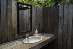 Cuarto de baño al aire libre con el jardín tropical Foto de archivo