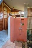 Cuarto de baño al aire libre con la planta y la madera Imagen de archivo libre de regalías