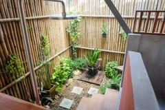 Cuarto de baño al aire libre con la planta y la madera Fotografía de archivo