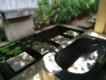 Cuarto de baño al aire libre del estilo del Balinese, elegancia y estilo del indonesio del refinamiento Foto de archivo libre de regalías