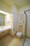 Cuarto de baño amarillento fotografía de archivo libre de regalías