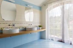 Cuarto de baño azul claro para dos fotografía de archivo libre de regalías