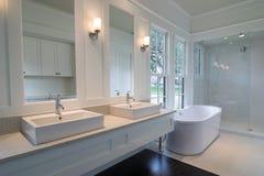 Cuarto de baño blanco costoso Fotografía de archivo
