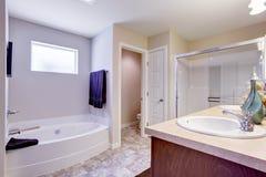 Cuarto de baño blanco de restauración con la tina de cristal de la puerta y de baño Foto de archivo libre de regalías