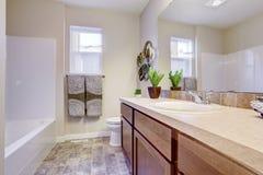 Cuarto de baño blanco de restauración en casa vacía Fotos de archivo libres de regalías