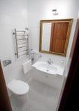 Cuarto de baño blanco elegante de Cassic foto de archivo libre de regalías