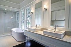 Cuarto de baño blanco moderno Fotos de archivo libres de regalías