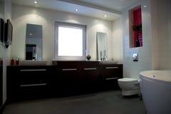 Cuarto de baño blanco moderno con muebles marrones Imagenes de archivo