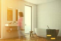 Cuarto de baño blanco, tina blanca, esquina, mujer Imagen de archivo libre de regalías