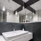 Cuarto de baño blanco y negro diseñado elegante foto de archivo