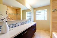 Cuarto de baño brillante elegante foto de archivo libre de regalías