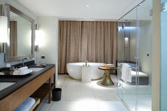 Cuarto de baño cómodo moderno foto de archivo