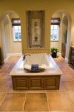 Cuarto de baño casero de lujo. Fotos de archivo