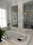 Cuarto de baño casero de lujo fotos de archivo