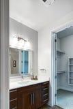 Cuarto de baño casero moderno Imagenes de archivo