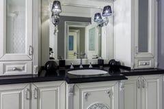 Cuarto de baño clásico con diseño interior blanco y gris minimalistic Imagen de archivo libre de regalías