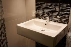 Cuarto de baño clásico moderno hermoso en nuevo hogar de lujo imágenes de archivo libres de regalías