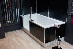 Cuarto de baño clásico moderno hermoso en nuevo hogar de lujo foto de archivo