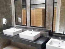 Cuarto de baño comercial para las manos que se lavan Imagen de archivo