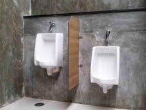 Cuarto de baño comercial para las manos que se lavan fotografía de archivo
