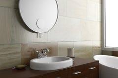Cuarto de baño con el espejo y el fregadero Fotos de archivo libres de regalías